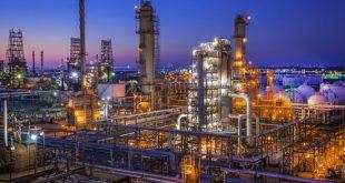 کاربرد مبدل های حرارتی در صنعت نفت، گاز و پتروشیمی در این صنایع از مبدل های حرارتی به عنوان منتقل کننده حرارت و گرما در موارد گوناگون استفاده می کنند که برخی از آن ها را می توان به شکل زیر بیان کرد: خنک کاری بخش های مختلف استفاده برای گرم کردن سوخت به منظور کاهش ویسکوزیته به عنوان خنک کننده هیدروکربن ها استفاده به عنوان گرم کننده نفت خام خنک کاری محصول تولیدی در فرآیند اتانول موارد مهم هنگام خرید مبدل های حرارتی اگر قصد خرید مبدل های حرارتی برای مجموعه صنعتی خود را دارید می بایست پیش از هرچیزی موارد زیر را بدانید تا بتوانید در انتخاب خود بهتر عمل کنید: میزان حجم آب ورودی در واحد زمان دمای سیالی که وارد مبدل می شود و دمای خروج آن فشار سیال در ورود و خروج از مبدل میزان بودجه ای که برای این کار درنظر گرفته شده است اهمیت تغییر یا عدم تغییر فاز سیال موجود در مبدل خواص ترمودینامیکی سیال خرید محصول از شرکت معتبر و بدون واسطه نحوه قرارگیری مبدل به صورت افقی و یا عمودی